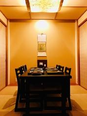 接待、商談,打ち合わせ。ラウンジの様な個室空間のテーブル席。ソファ席でゆったりリラックスしながらお食事はいかがですか?完全な個室になっておりますので、これからの政治の行く末を決める部屋にしてみませんか?