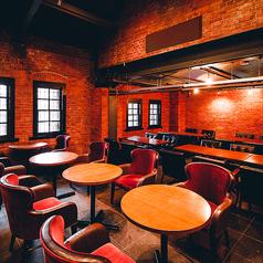 【テーブル席】開放感抜群の店内とテーブル席☆伝統的な造りの赤レンガの美空間でゆったりとお寛ぎいただけるお席をご用意☆時間を忘れ、当店自慢のピザやオイスター料理と豊富なビールと共に寛ぎのひとときをお過ごしください!!少人数~大人数まで様々なシーンでご利用頂けます!!