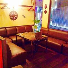 5F Splash Garden テーブル席小団体様用のソファー席。スクリーンカーテンで個室にも。