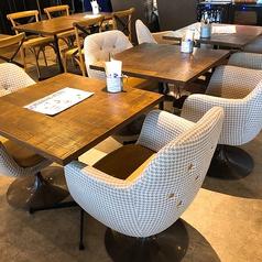 2人掛けのテーブルです。ソファーが柔らかくてついリラックスしてしまいます。繋げてのご利用も可能☆気軽にカフェ利用もOK♪