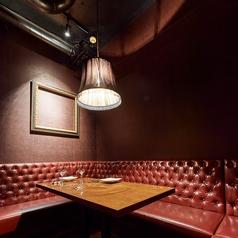 【ウンター裏隠れ個室】お食事の際は2~3名様でのご利用をおすすめします。レザー調の壁と暗めの照明が重厚な雰囲気を醸し出します。コの字型のベンチソファーとなっており、ご接待などのビジネスシーンよりも、デートや親密な間柄でのプライベートシーンに最適です。ルームチャージ3000円頂戴いたします。