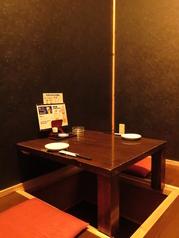 【二階】2名様収容の完全個室。お仕事でもデートでも、ご利用ください。