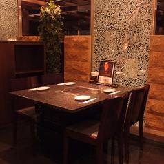 店内中央。モダンな雰囲気がお洒落なテーブル席