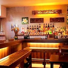 おひとり様やカップルでも楽しくお酒を楽しめるカウンター席。