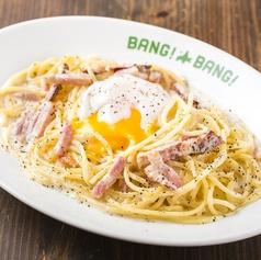 料理メニュー写真ベーコンと半熟卵の濃厚カルボナーラ
