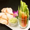 料理メニュー写真スティック野菜とエビセンのアボマヨディップ