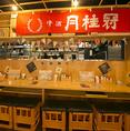横並びで話しやすいカウンター席。ちょい飲みのお客様のほか、カップルや女性ペアのお客様に人気です。