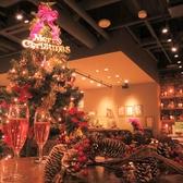店内に一歩足を踏み入れると大きなクリスマスツリーが!街のイルミネーションに負けじと店内を彩ります♪