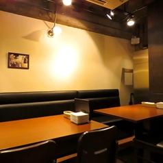 片側ベンチシートのテーブル席。幅広い人数に対応します。最大20名様がお座り頂けるスペースとしても人気のお席です。