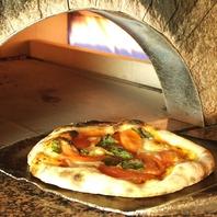 石窯で焼き上げる本格ピザ