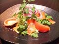 料理メニュー写真スモークサーモンのサラダ、アボカドとまぐろのマヨネーズ和えサラダ