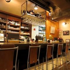 広々としたカウンター席。お一人様が多くご来店されるお店だからこそカウンターの需要が高いです。テーブル席よりもカウンター希望のお客様も多数いらっしゃいます。カウンター席でワイン片手に...。格好いいですね♪