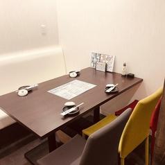 広めのテーブル席もご用意あります◎隣の方とのスペースも空けられるので安心♪カラフルでお洒落な椅子はお店全体の雰囲気にもピッタリです。