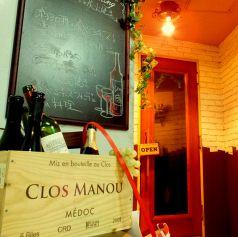 ワインの桐箱がオシャレな外観☆ワクワクしながら扉をあけると、木の温もりが温かい店内と笑顔のスタッフがお待ちしております!