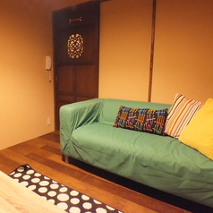 【入口奥の完全個室】緑のソファーでシンプルな空間。 ★全室テレビ、DVDプレイヤー、冷暖房完備