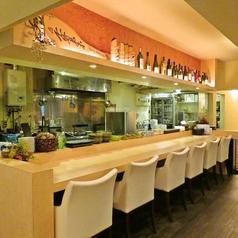 カウンター席は目の前で料理の臨場感を味わえる特等席。ゆったりとしているのでデートにもおすすめです。