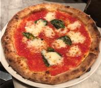 石窯で焼き上げたピッツァ