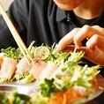 職人/お客様にお食事の空間を楽しんでいただくよう、料理長のこだわりの詰まったお料理の数々。