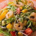 料理メニュー写真フレッシュマンゴーとシュリンプ・アボカドのインディアンサラダ