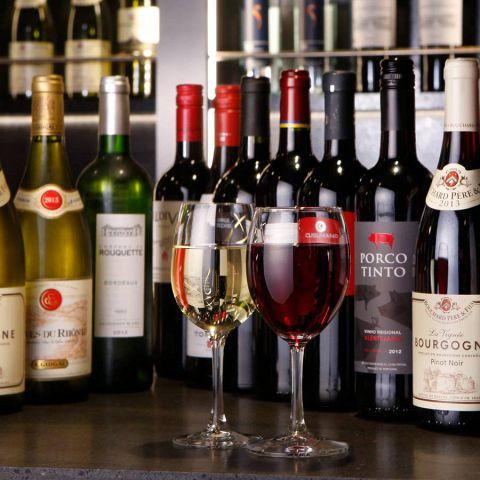 白ワインも赤ワインもボトルでたくさんご用意しております。肉卸が厳選た極上肉によく合うワインを追求いたしました。常時20種以上のワインがございます。一例をあげますとイタリア産のファルネーゼ カサーレ ヴェッキオ・モンテプルチァーノ ダブルッツォなどがございます。1本1980円から4980円とご予算やご要望に合わせてお選びいただけます。