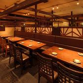 ワンフロアのテーブル席を利用して16名様程でのご利用も可能です。風味豊かな宮城の地酒とご一緒に、しゃぶしゃぶやせり鍋などといった仙台ならではの名物をご堪能ください!ご宴会、貸切も最大100名様まで承っておりますので、まずはお問い合わせくださいませ。