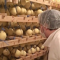 【産地のこだわり4】フレッシュな生乳を使い、ひとつひとつ丁寧に愛情あふれるチーズづくりをしている白糠酪恵舎と、手作りにこだわる十勝・花畑牧場のチーズを使用しています。