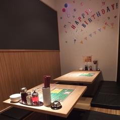 掘りこたつで完全個室!!壁が黒板になっており,誕生日や歓送迎会などメッセージを書いてサプライズ出来ます♪個室になっているので周りを気にせず騒いでもOK!シーンに合わせてご利用いただけます♪サプライズのご相談はお気軽にお問合せ下さい♪