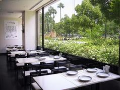 大きな窓が自慢のテーブル席。緑あふれる解放感のあるお席でおくつろぎください。