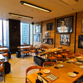 店内にはテーブル席を多数ご用意しております。窓際から見える名古屋の景色も良く、非常に開放感のある内装となっております。ザ・プレミアムモルツ、マスターズドリームなどの各種美味しいビールと良く合うお料理、おつまみをご一緒にお召し上がりください。名駅から直結しているのでアクセスも抜群です。