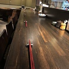 料理人が一品一品仕上げる瞬間を臨めるカウンター席はお一人でいらっしゃる方も多く、スタッフやお隣に座られたお客様との会話を楽しまれる方も多いです。お仕事帰りに一杯美味しいお酒とつまみをいかがでしょうか。
