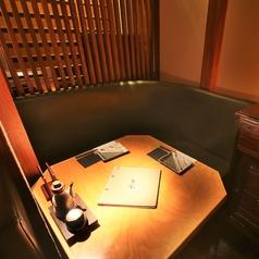 【2名様用カップルシート】間接照明で雰囲気のいい空間は大人デートにぴったりのお席です。人気のお席のためご予約はお早めに!おしゃれな雰囲気の店内でこだわりの日本酒×海鮮和食をご堪能ください。