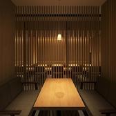 【ゆったりとお寛ぎいただける半個室】大人の落ち着いた空間が広がる「神田 茶屋町本店」では、香り高い自慢の蕎麦と相性抜群のお酒もご用意しております。大小様々なお席がございますのでお客様の利用シーンに合わせてご用意させていただきます。気軽にご相談くださいませ。