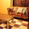 【窓側の完全個室】大きな窓とおしゃれなふかふかのソファーが特徴のお部屋。 ★全室テレビ、DVDプレイヤー、冷暖房完備