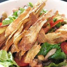 料理メニュー写真パリパリごぼうときのこ3種豆のサラダ