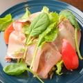 料理メニュー写真生ハムのせシーザーサラダ