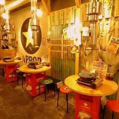 ビール箱とベニヤ板で造られたテーブルが昭和の雰囲気を演出