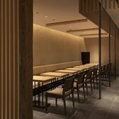 【店内入ってすぐ右手。テーブルをつなげて10名様の少人数宴会にも◎】しっとりと落ち着ける和モダンな空間が広がる店内。大人数から少人数のお客様まで対応可能のお席を様々ご用意しております。梅田駅付近にお越しの際は是非お立ち寄りください。