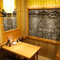 ゆったりくつろげるテーブル席は少人数のお客様に人気のスペースとなっております♪女子会や仲間内での飲み会にぴったり◎アラカルトメニューよりお得なコースは2980円~ご用意しております。当店名物のからあげを片手にお食事をお楽しみくださいませ♪