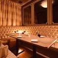 VIP個室です。天井が見えないですが、水面をコンセプトにした素敵な内装になっております。幻想的雰囲気のこちらのお席は合コンで大人気♪ 高級感漂う特別な空間でワンランク上の宴会をお楽しみ頂けます。宴会プランも多数♪詳しい内容はコース料理のページにてご案内!!!