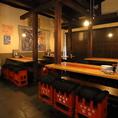 昭和モダンな店内。人数に合わせてテーブル席のアレンジ可能です◎
