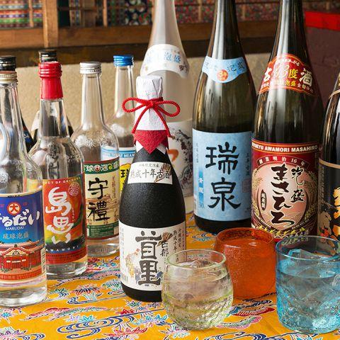 大門・浜松町に飲み屋は数あれど総勢100種を超える泡盛、焼酎の品ぞろえに圧巻。泡盛100種は大門・浜松町屈指の品揃え!飲み放題でも70種類がお楽しみいただけます♪