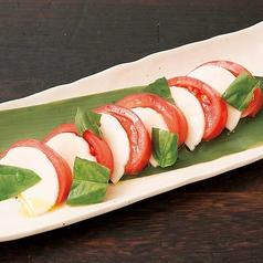 料理メニュー写真十勝花畑牧場チーズ使用!モッツァレラチーズとトマトのカプレーゼ