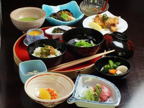 数寄屋造りの一軒家で、日本独特の落ち着いた雰囲気で味わう料理は格別の趣き。