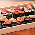 料理メニュー写真特上寿司盛り合わせ (にぎり10貫・巻き寿司1本・玉子焼き)