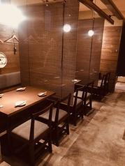 4名テーブル×4 16名掛けも可能です。テーブルとの間には、すだれで仕切が出来るので、半個室空間にも。