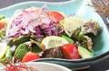 料理メニュー写真アボカド フルーツトマト サラダ