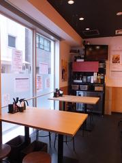 4名テーブル×2ご家族や友人、会社の方などグループでご利用できるテーブル席のご用意あります