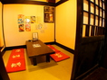 赤の座布団が印象的な小上がり式の個室席。和の雰囲気が落ち着きます。