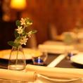 テーブル上を華やかに彩る季節の花々