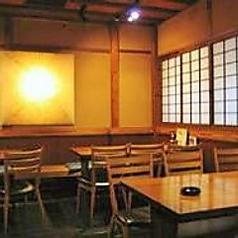 心斎橋駅から徒歩1分の当店ですが都会の喧騒を感じさせない雰囲気の店内で落ち着いてお料理やお酒をお楽しみ頂けます。2名様~ご利用可能なテーブル席ですのでデートなどにも最適です。ゆったりと当店自慢のそばや和食料理をご堪能ください。お酒は焼酎、日本酒豊富に揃えております。